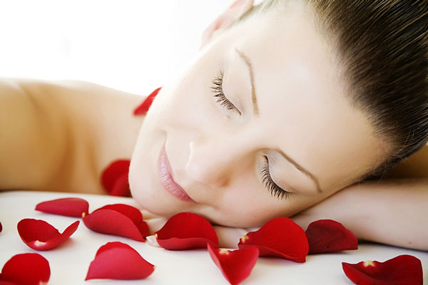 beautiful woman sleeping - red rose petals